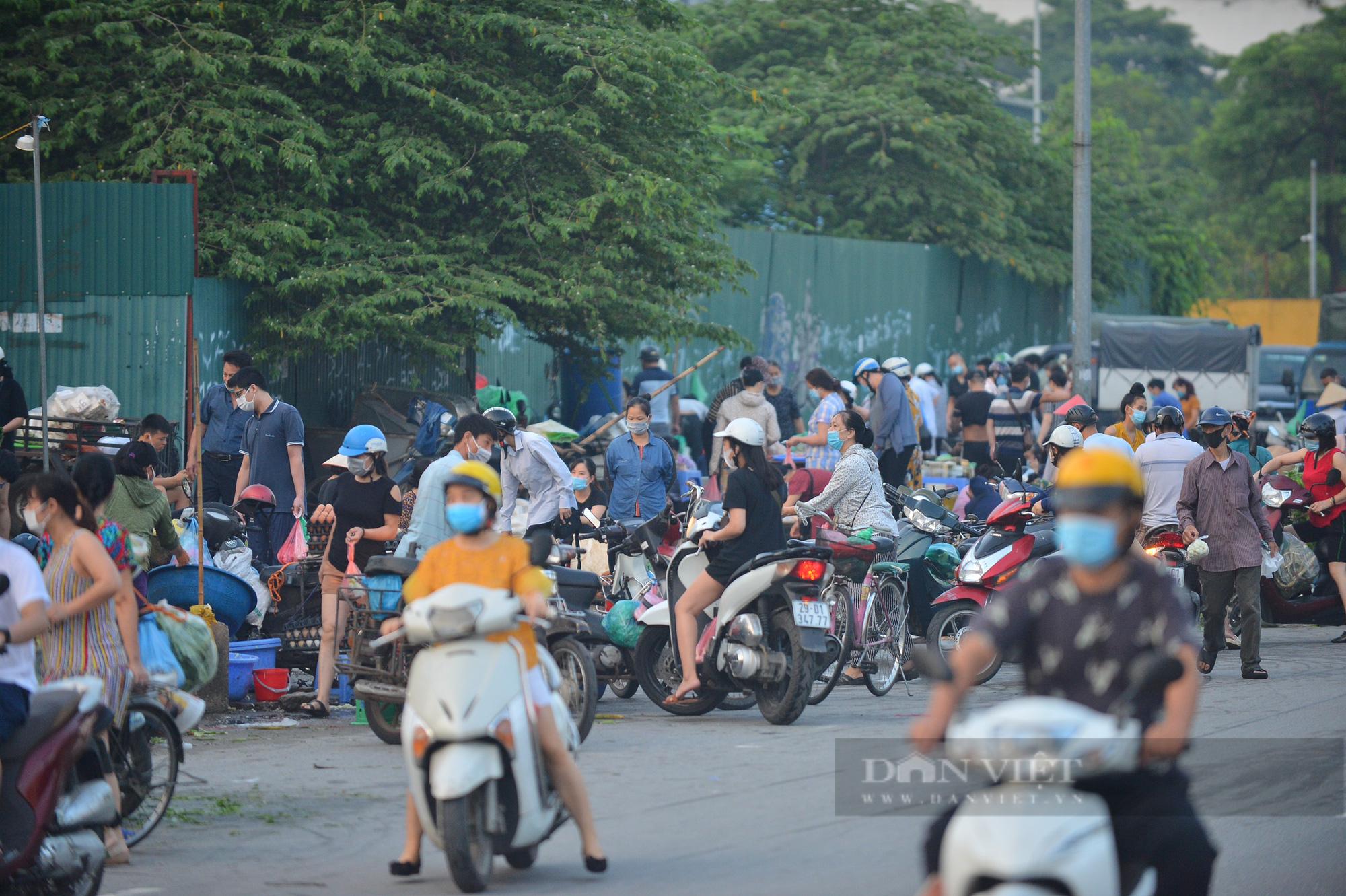 Chợ, siêu thị Hà Nội ngày đầu giãn cách xã hội: Nơi đông đúc, chốn thoáng đãng người dân thoả sức lựa chọn - Ảnh 5.