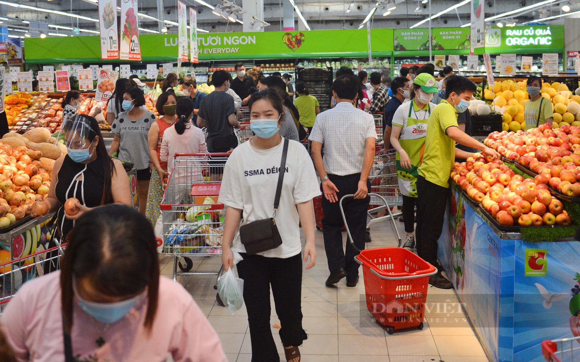 Chợ, siêu thị Hà Nội ngày đầu giãn cách xã hội: Nơi đông đúc, chốn thoáng đãng người dân thoả sức lựa chọn - Ảnh 7.