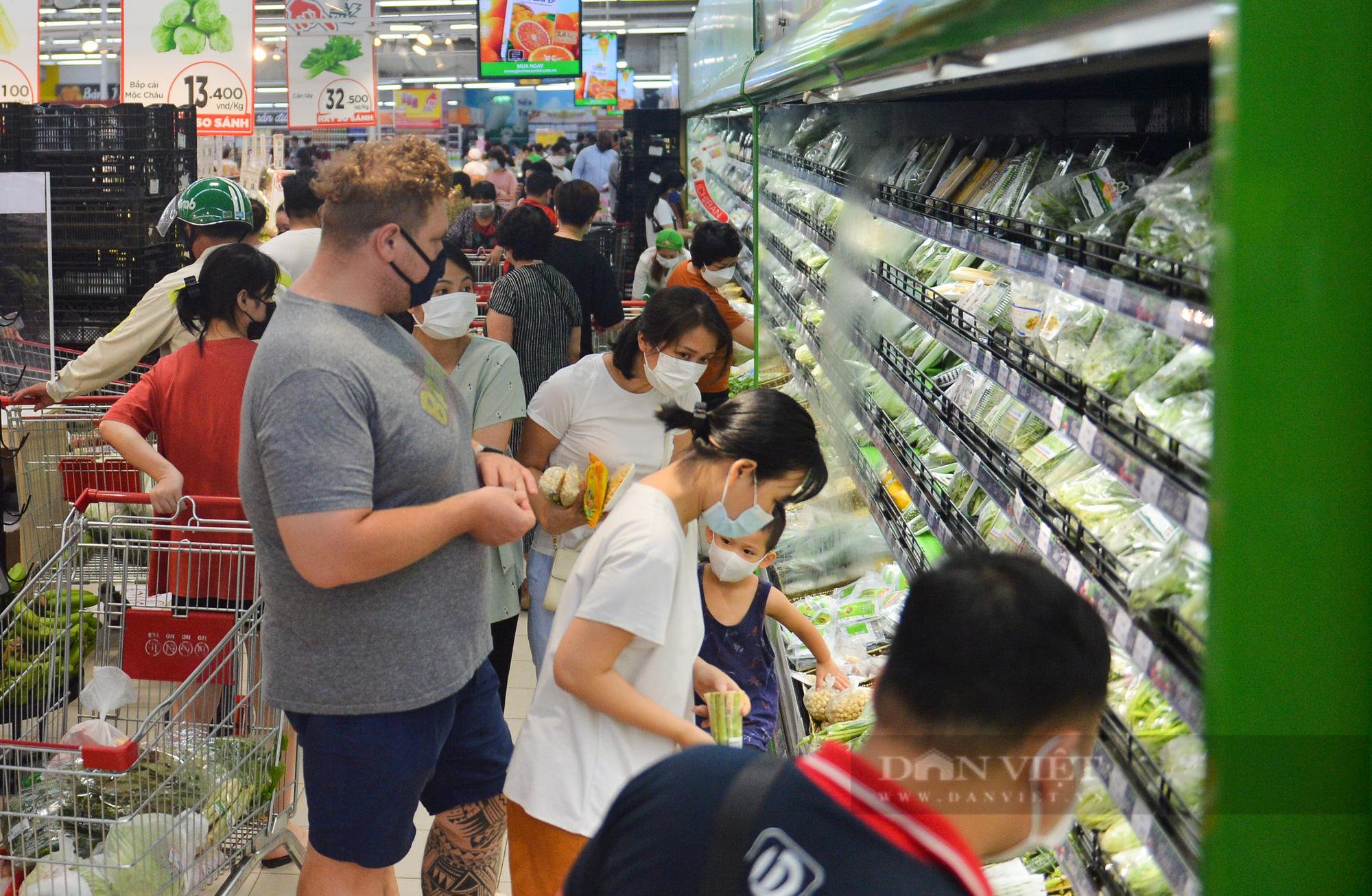Chợ, siêu thị Hà Nội ngày đầu giãn cách xã hội: Nơi đông đúc, chốn thoáng đãng người dân thoả sức lựa chọn - Ảnh 8.