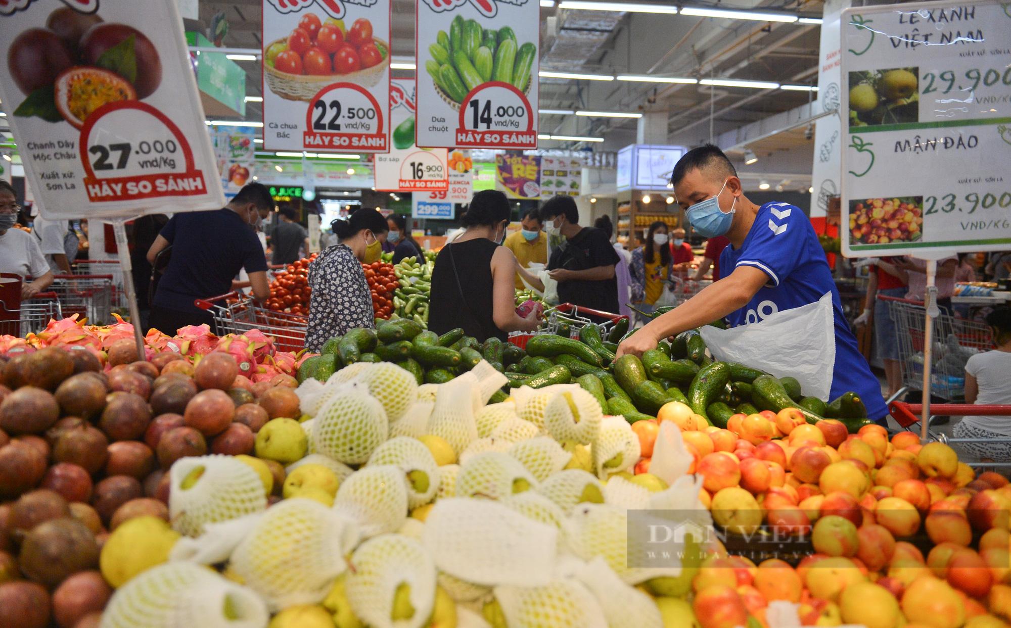 Chợ, siêu thị Hà Nội ngày đầu giãn cách xã hội: Nơi đông đúc, chốn thoáng đãng người dân thoả sức lựa chọn - Ảnh 9.
