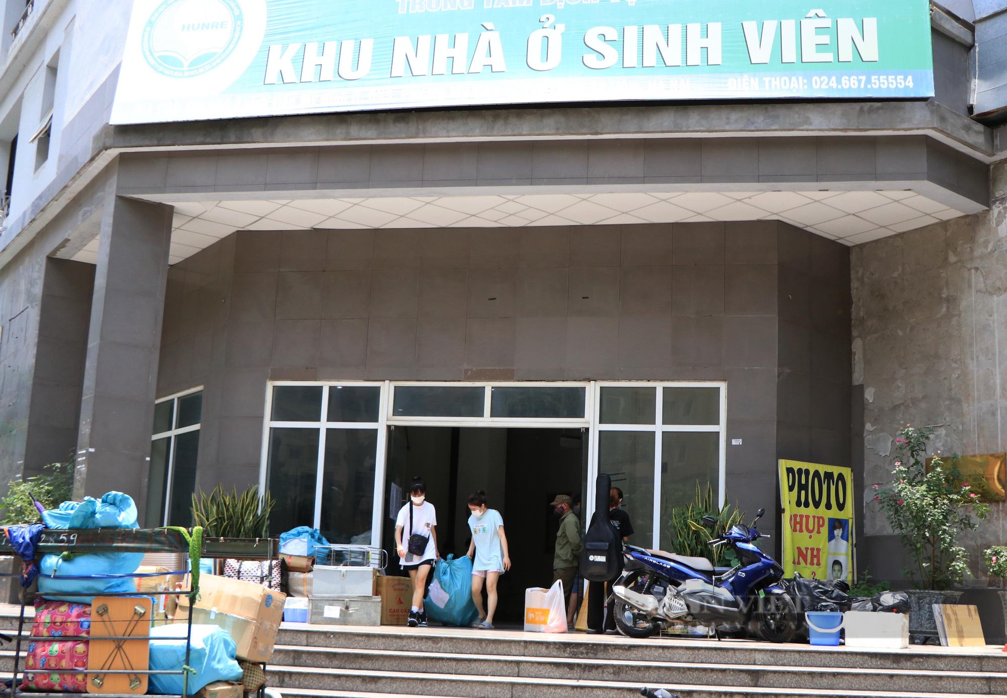 Hàng trăm sinh viên Hà Nội xuyên trưa đội nắng chuyển phòng, nhường chỗ ở làm nơi cách ly Covid-19 - Ảnh 2.