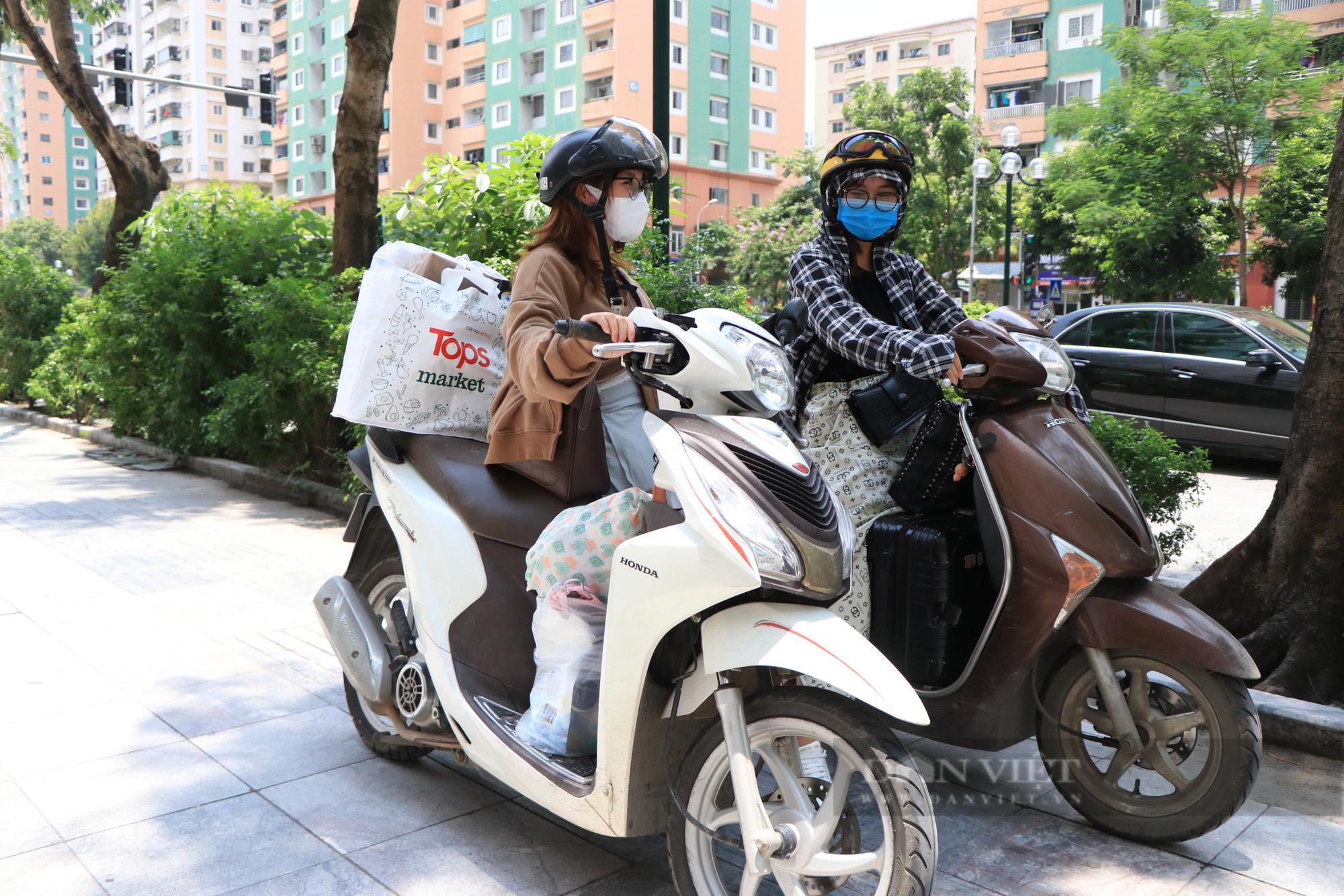 Hàng trăm sinh viên Hà Nội xuyên trưa đội nắng chuyển phòng, nhường chỗ ở làm nơi cách ly Covid-19 - Ảnh 4.