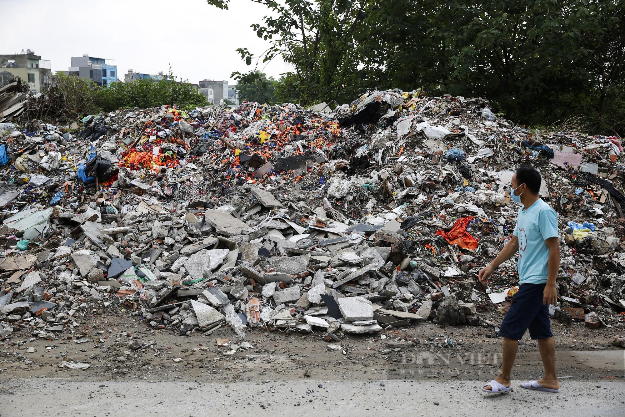 """""""Núi rác"""" bốc mùi hôi thối nồng nặc tại ngoại thành Hà Nội - Ảnh 2."""