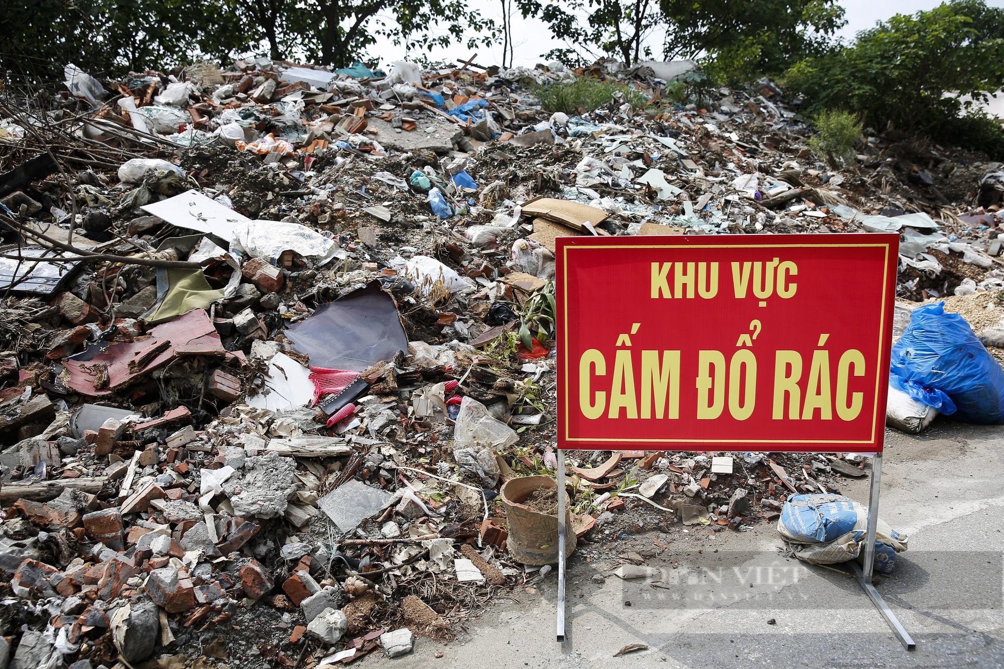"""""""Núi rác"""" bốc mùi hôi thối nồng nặc tại ngoại thành Hà Nội - Ảnh 3."""