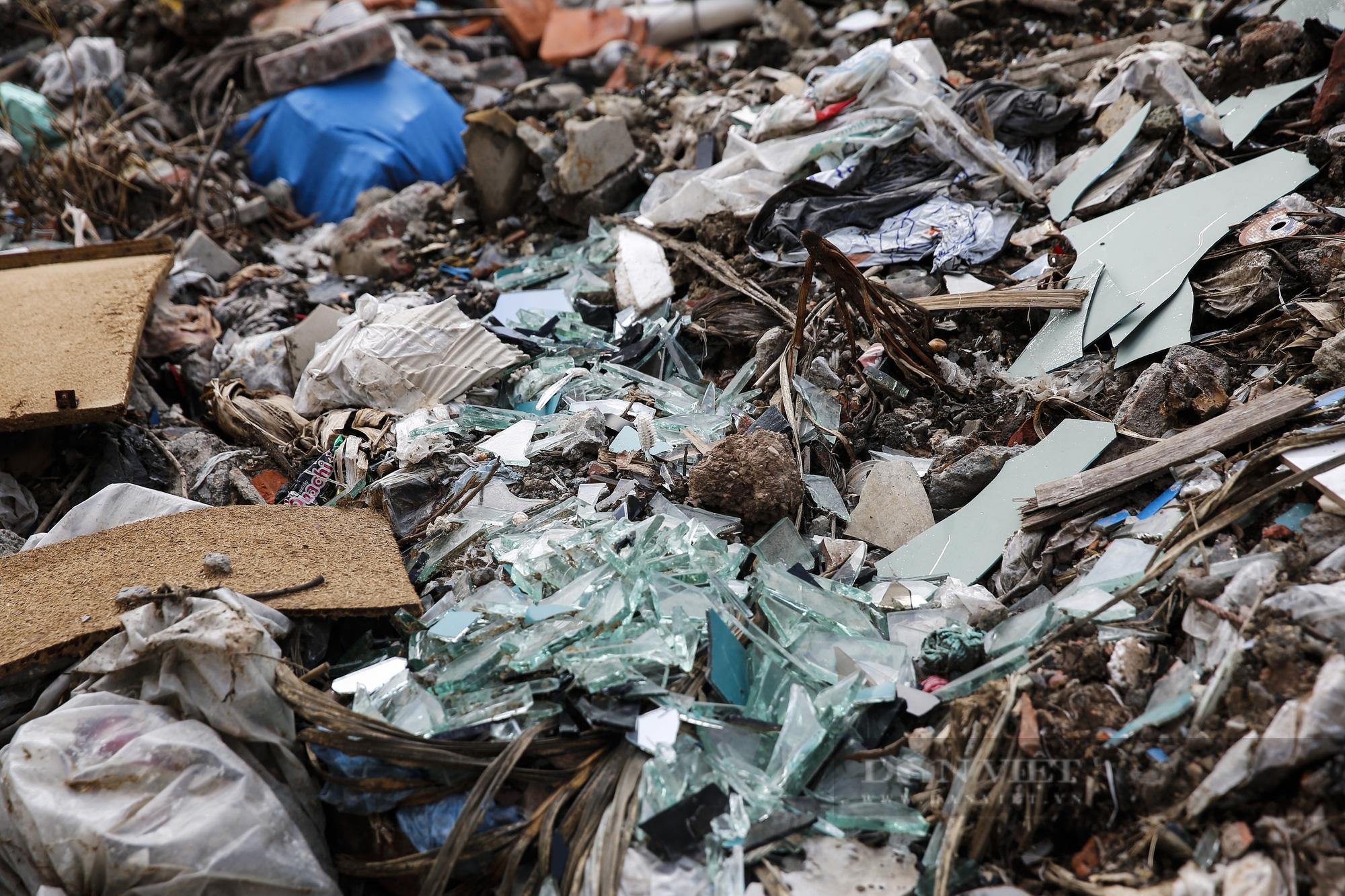 """""""Núi rác"""" bốc mùi hôi thối nồng nặc tại ngoại thành Hà Nội - Ảnh 4."""