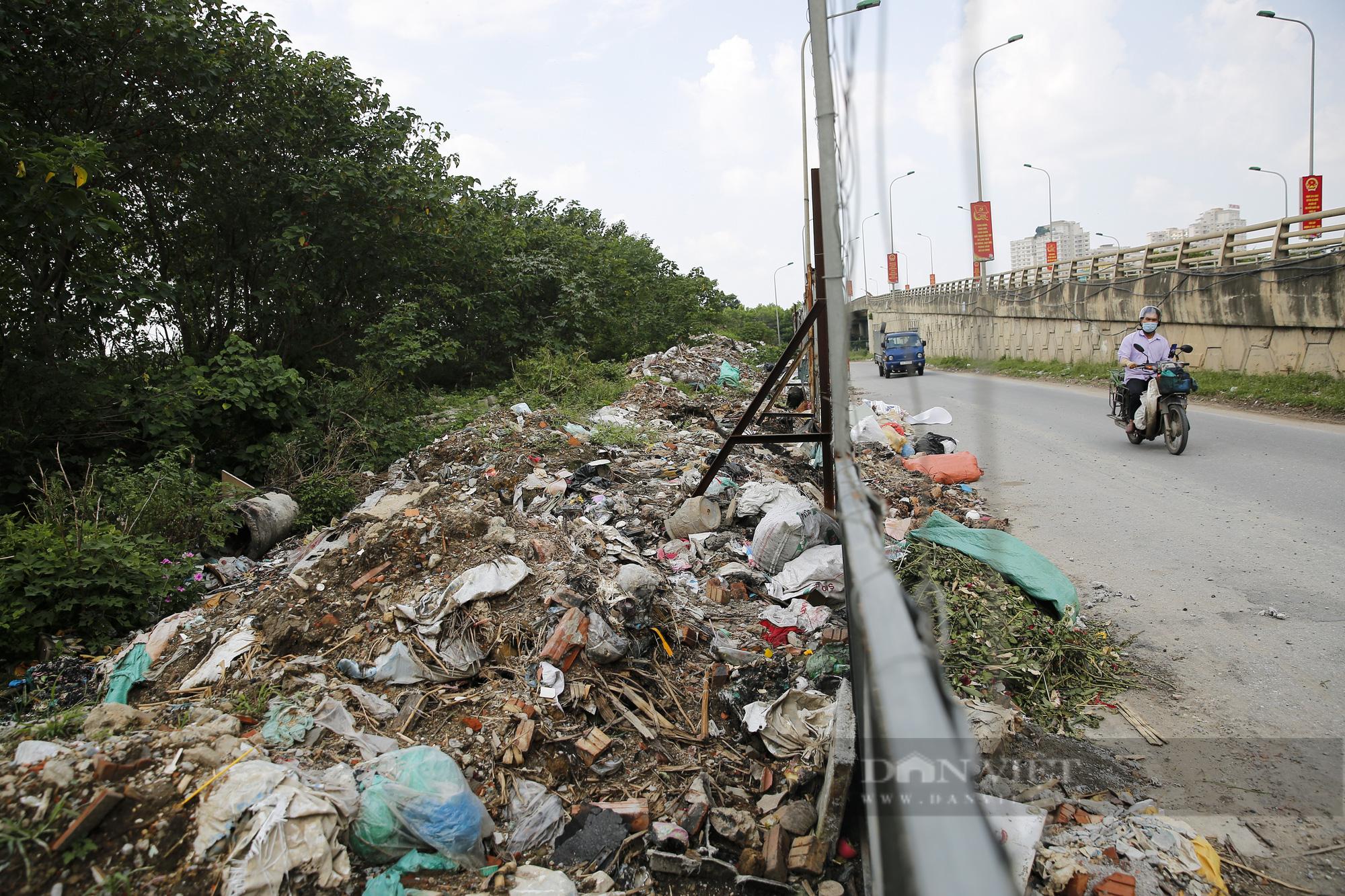 """""""Núi rác"""" bốc mùi hôi thối nồng nặc tại ngoại thành Hà Nội - Ảnh 6."""