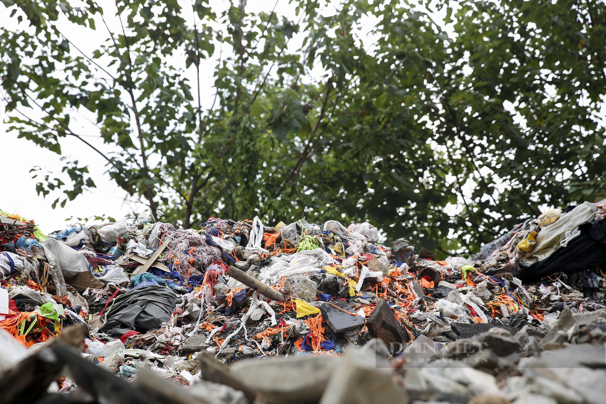 """""""Núi rác"""" bốc mùi hôi thối nồng nặc tại ngoại thành Hà Nội - Ảnh 7."""