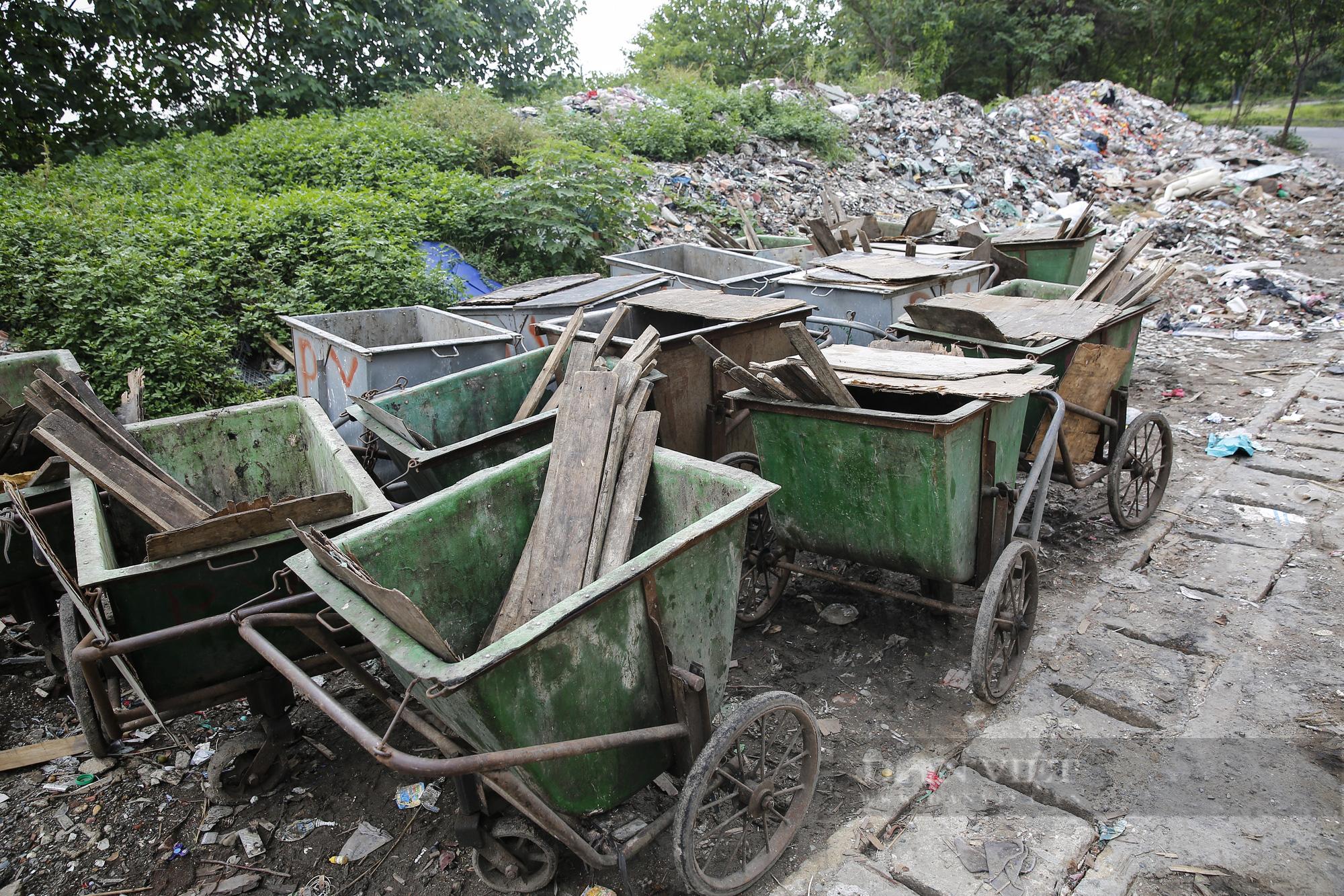 """""""Núi rác"""" bốc mùi hôi thối nồng nặc tại ngoại thành Hà Nội - Ảnh 8."""