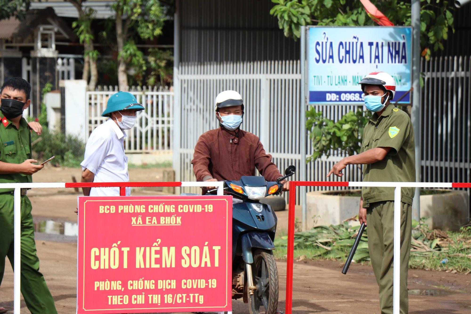 Đắk Lắk: Thêm 24 ca dương tính SARS-CoV-2 trong đó có nhiều trẻ em, hàng ngàn người vẫn đổ về địa phương - Ảnh 2.
