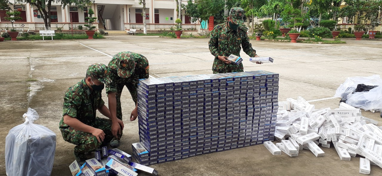 Biên phòng An Giang liên tiếp bắt giữ hàng nghìn gói thuốc là trên biên giới - Ảnh 1.