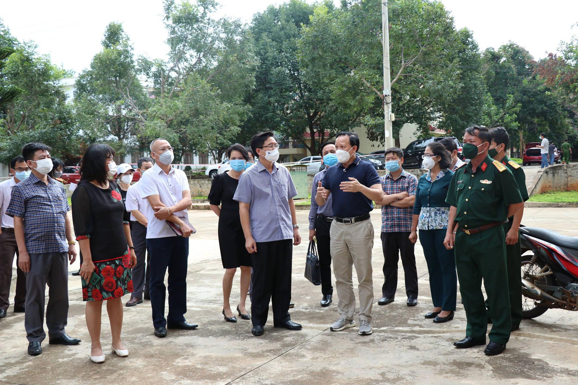 Đắk Lắk: Thêm 24 ca dương tính SARS-CoV-2 trong đó có nhiều trẻ em, hàng ngàn người vẫn đổ về địa phương - Ảnh 1.