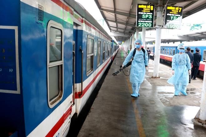 Đường sắt dừng bán vé tàu cho khách đi/đến ga Hà Nội - Ảnh 1.