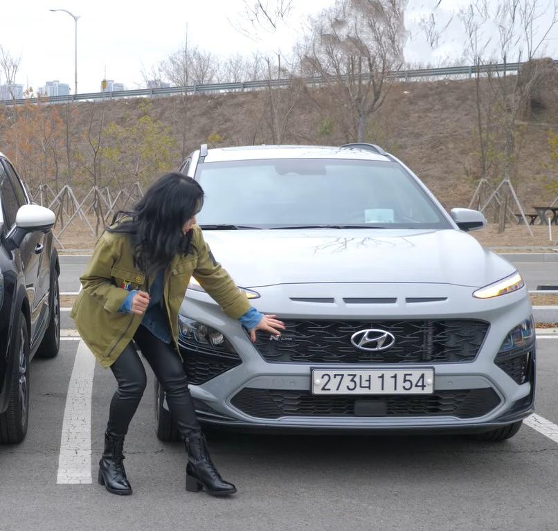 """""""Bóc tách"""" Hyundai Kona 2021, nữ Youtuber xinh đẹp đánh giá bất ngờ - Ảnh 2."""
