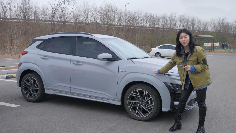 """""""Bóc tách"""" Hyundai Kona 2021, nữ Youtuber xinh đẹp đánh giá bất ngờ - Ảnh 3."""