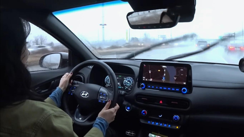 """""""Bóc tách"""" Hyundai Kona 2021, nữ Youtuber xinh đẹp đánh giá bất ngờ - Ảnh 8."""