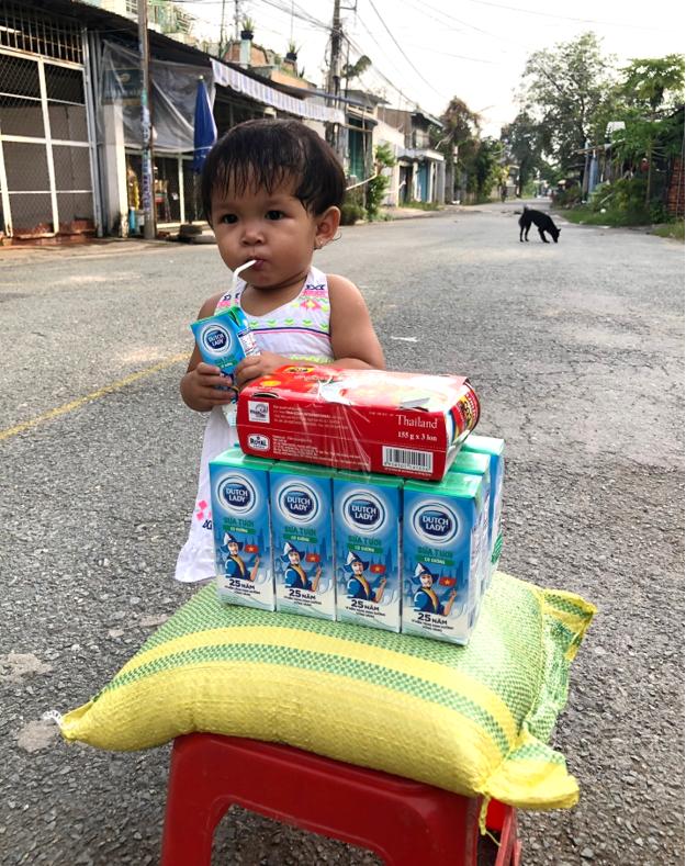 Những hộp sữa yêu thương ấm lòng người dân vùng phong tỏa - Ảnh 1.