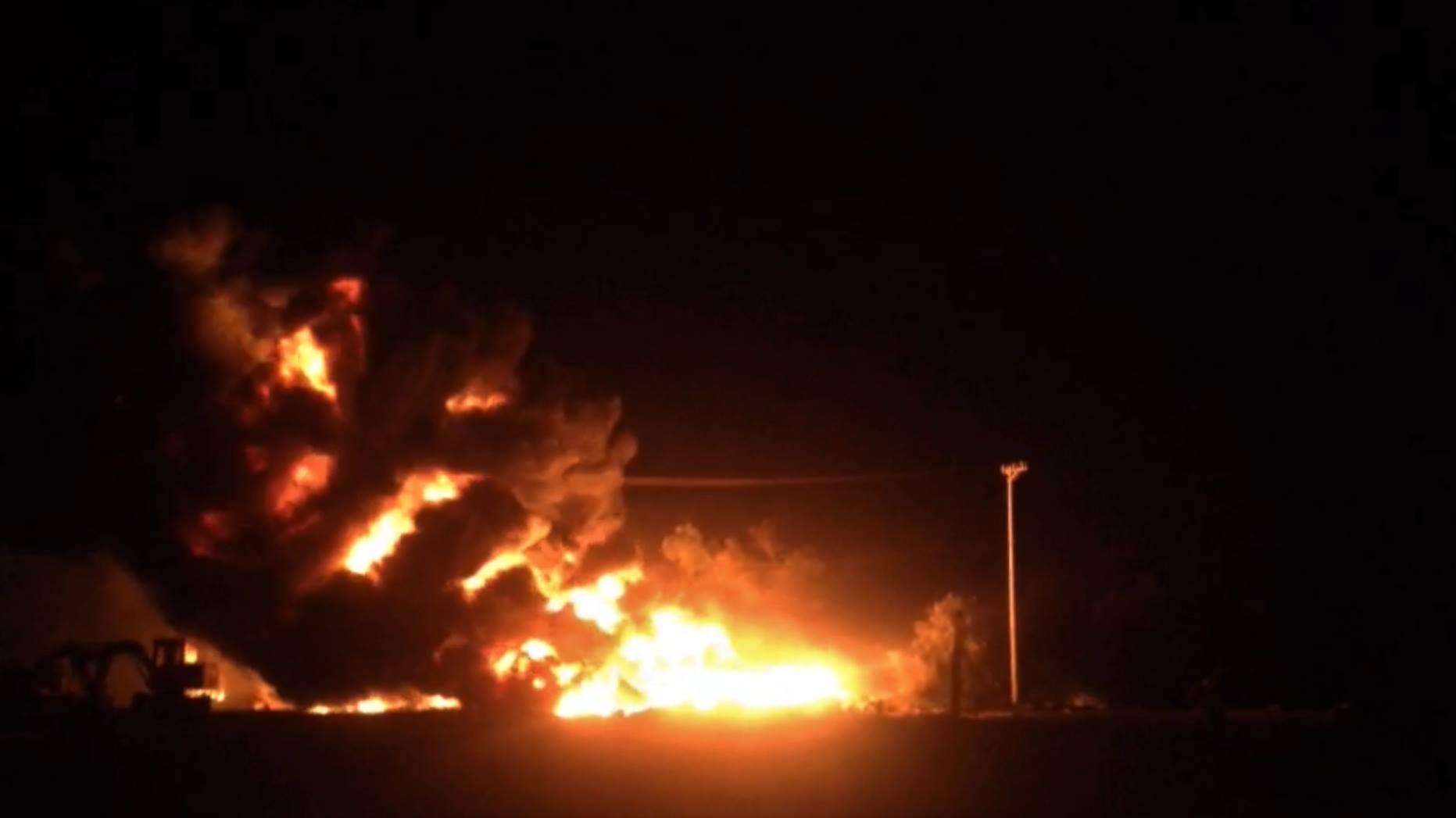 Bình Định: Bãi tập kết vật tư bất ngờ bốc cháy dữ dội, thiệt hại 7 tỷ đồng - Ảnh 1.