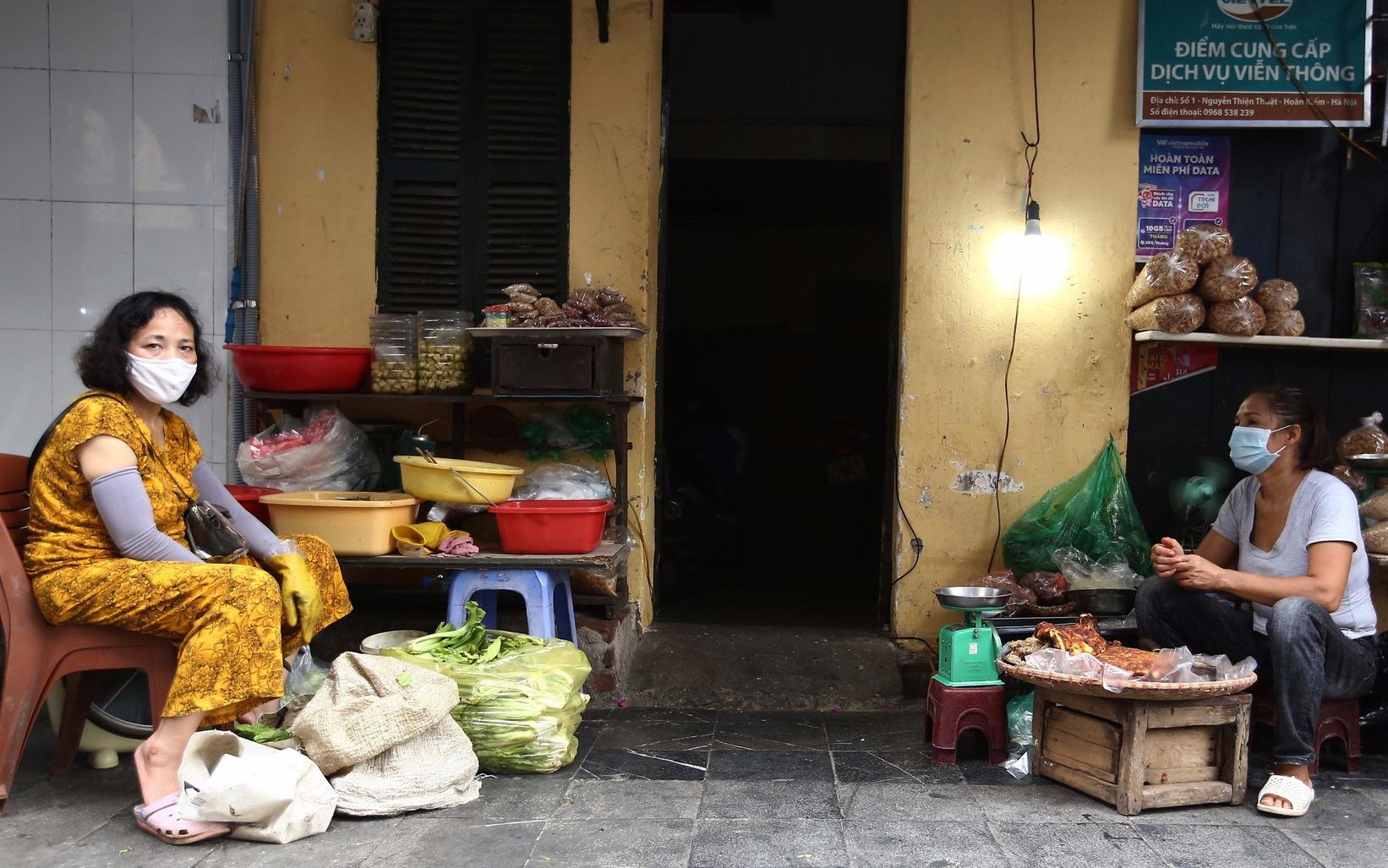 Áp dụng Chỉ thị 16 ở Hà Nội: Cả hai vợ chồng cùng đi ra chợ mua lương thực có bị xử phạt không?