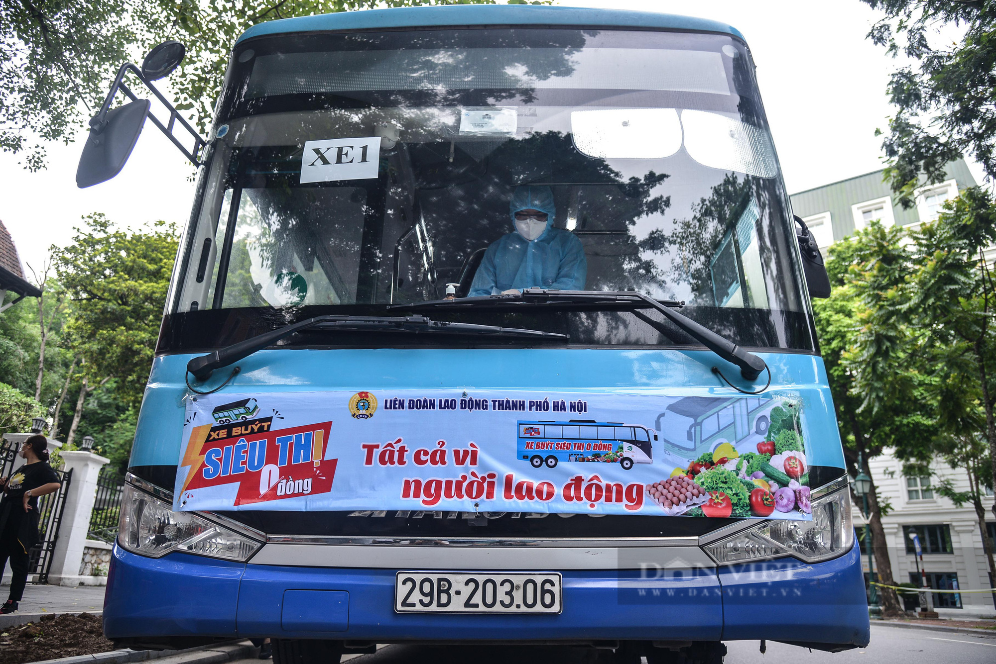 """Cận cảnh """"Xe buýt siêu thị 0 đồng"""" đầu tiên phục vụ CNLĐ khu công nghiệp Hà Nội - Ảnh 1."""