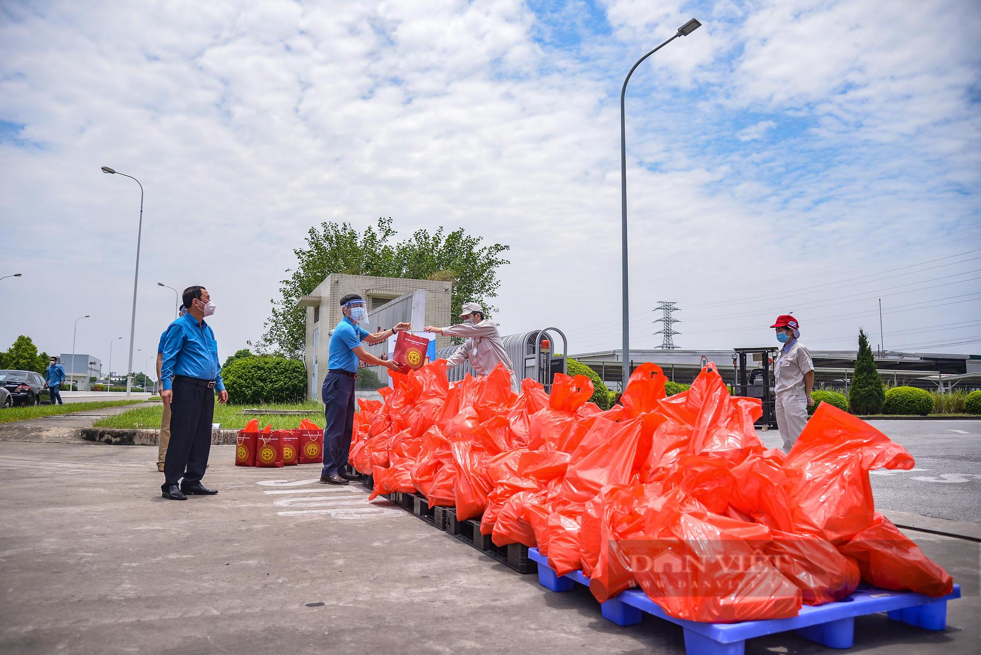 """Cận cảnh """"Xe buýt siêu thị 0 đồng"""" đầu tiên phục vụ CNLĐ khu công nghiệp Hà Nội - Ảnh 11."""