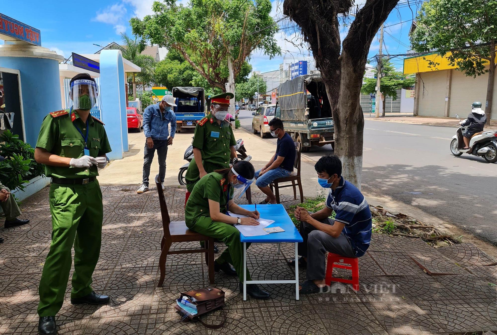 Đắk Lắk: Đi tập thể dục 18 người bị phạt tổng cộng 36 triệu đồng vì vi phạm quy định phòng chống dịch - Ảnh 2.