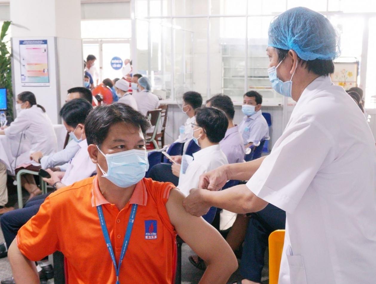 PETROVIETNAM: Khi vắc-ene là ưu tiên số một - Ảnh 1.