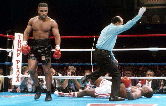 """Mike Tyson """"trả thù"""" cho Muhammad Ali, đánh đối thủ... nhập viện - Ảnh 3."""