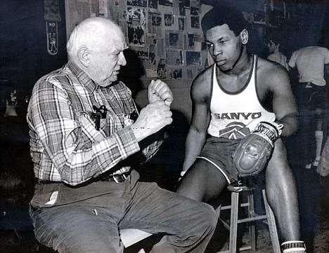 """Mike Tyson """"trả thù"""" cho Muhammad Ali, đánh đối thủ... nhập viện - Ảnh 2."""
