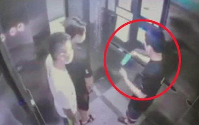 Tìm ra người đàn ông khạc nhổ, vứt khẩu trang bẩn trong thang máy ở Hà Nội