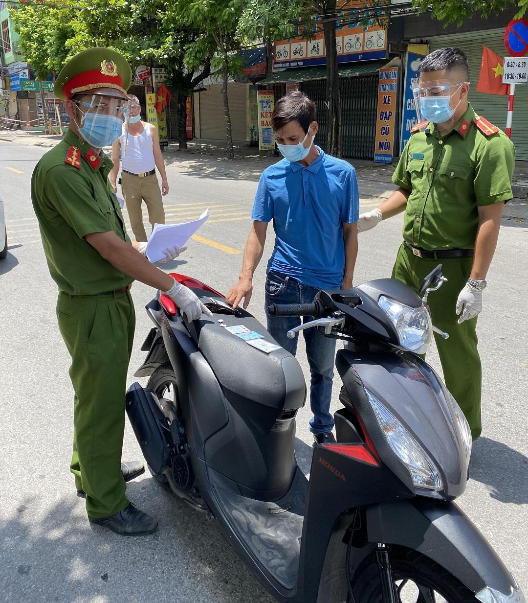 Ngày giãn cách thứ 5, số tiền phạt người vi phạm ở Hà Nội còn nhiều hơn các ngày trước - Ảnh 2.