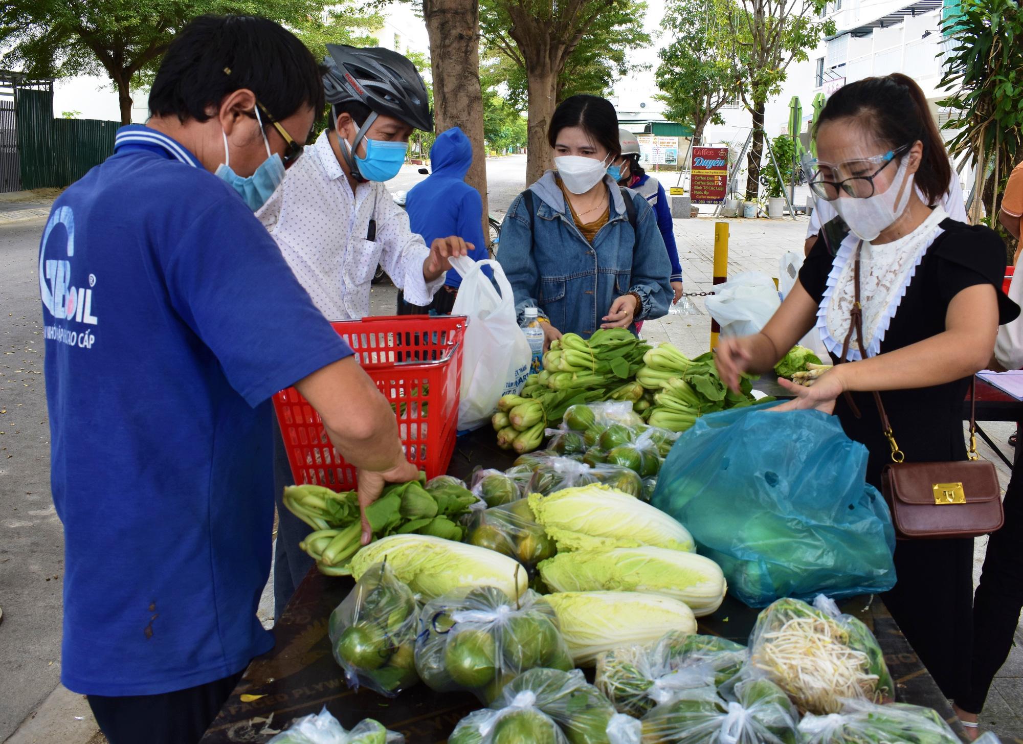 """Nha Trang: """"hô biến xe buýt"""" thành cửa hàng di động phục vụ rau, củ, quả,... - Ảnh 1."""