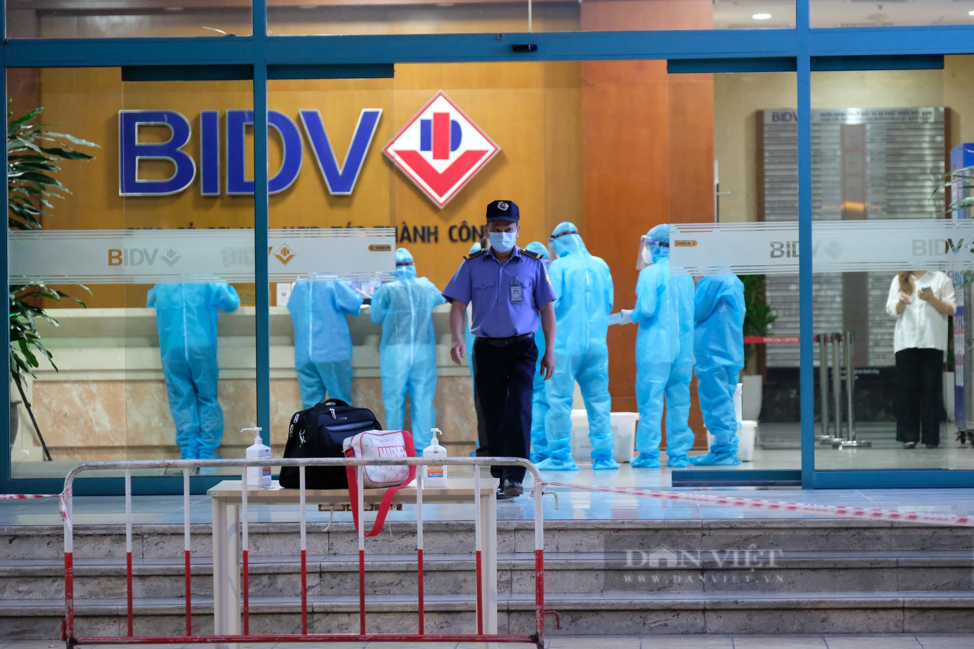 Khẩn trương truy vết người bị nghi nhiễm Covid-19 tại Vincom Bà Triệu - Ảnh 4.