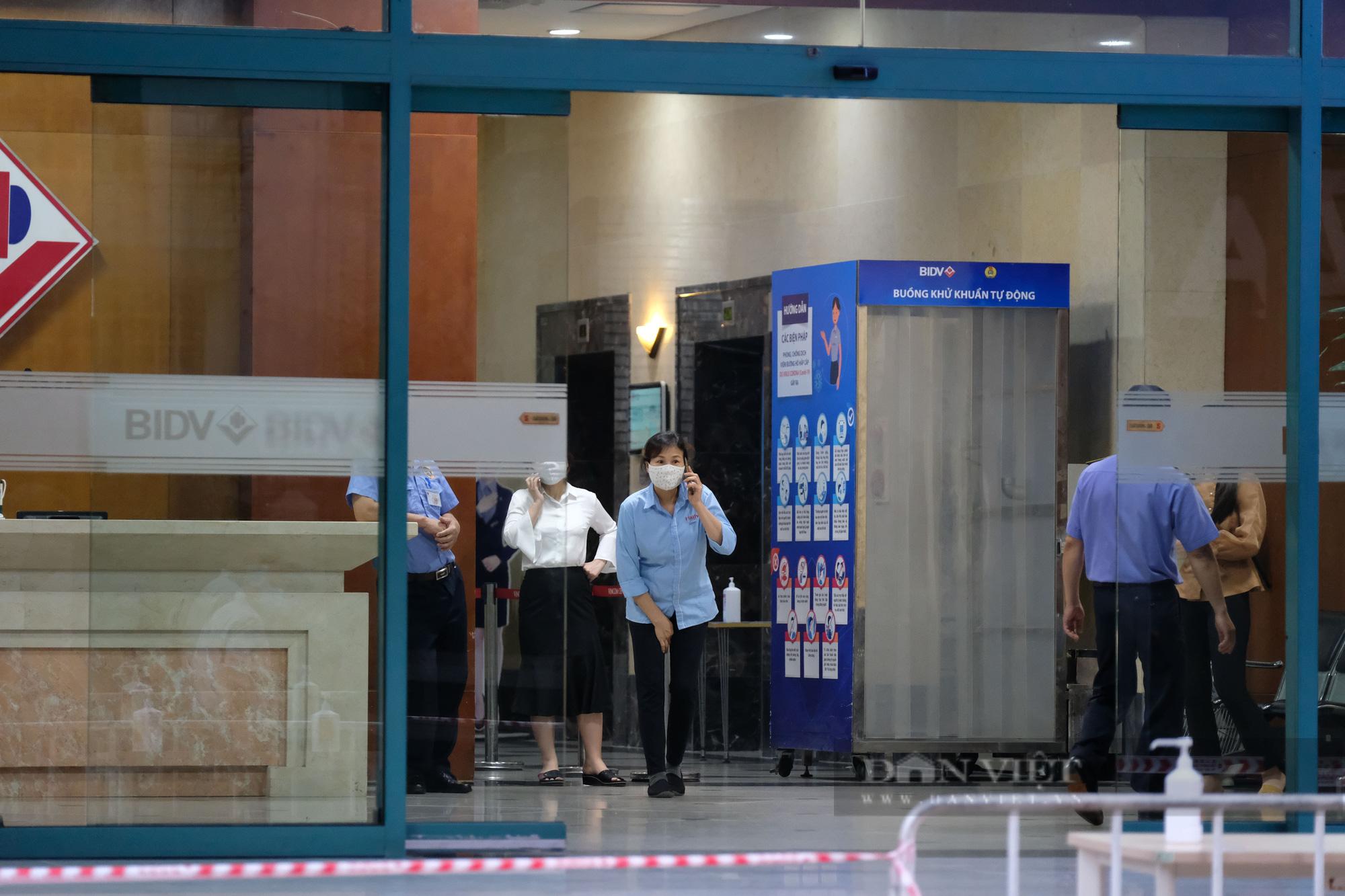 Khẩn trương truy vết người bị nghi nhiễm Covid-19 tại Vincom Bà Triệu - Ảnh 5.