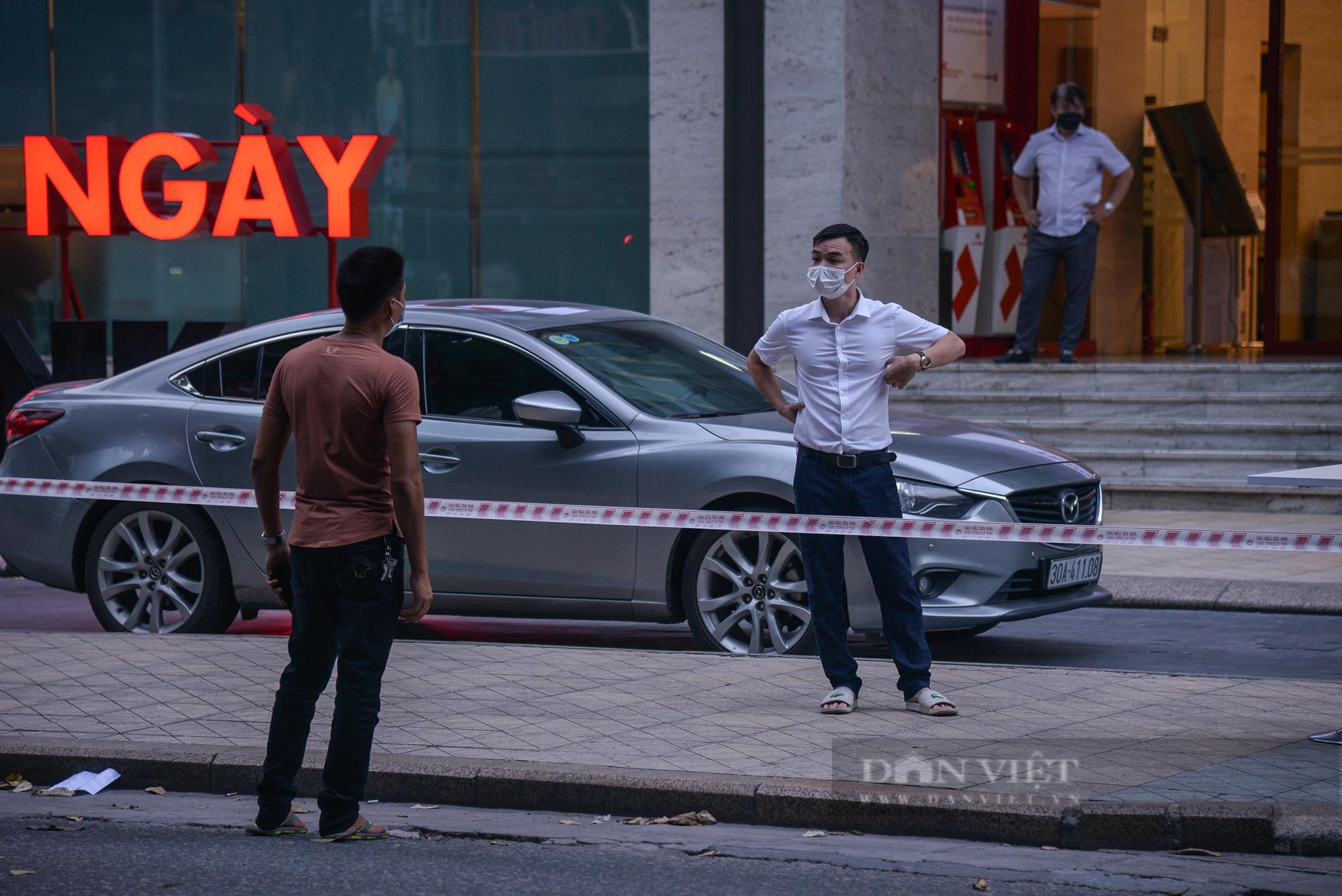 Ảnh: Khẩn trương truy vết người bị nghi nhiễm Covid-19 tại Vincom Bà Triệu, Hà Nội - Ảnh 9.
