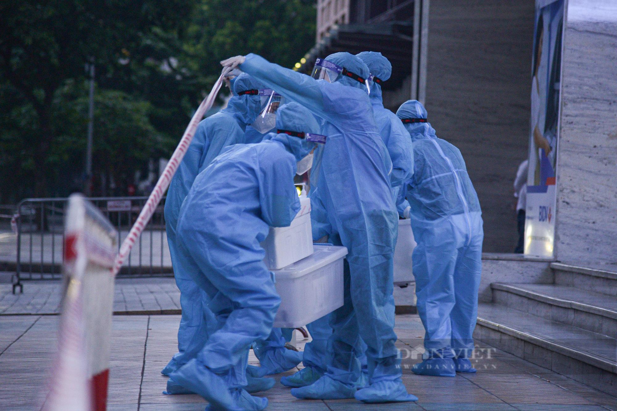 Ảnh: Khẩn trương truy vết người bị nghi nhiễm Covid-19 tại Vincom Bà Triệu, Hà Nội - Ảnh 5.