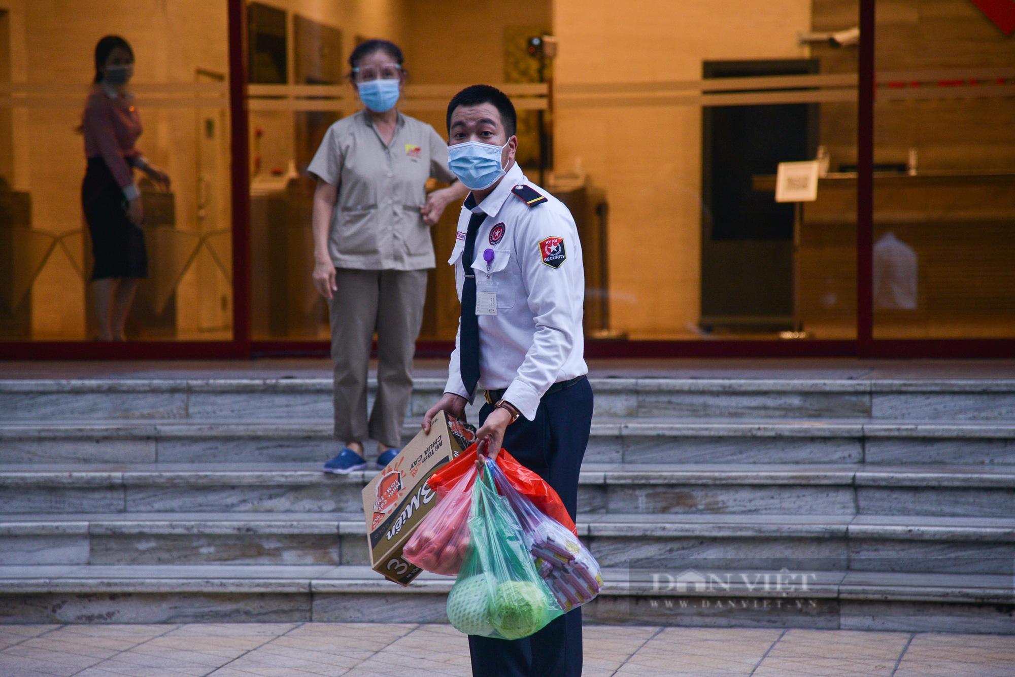 Ảnh: Khẩn trương truy vết người bị nghi nhiễm Covid-19 tại Vincom Bà Triệu, Hà Nội - Ảnh 8.