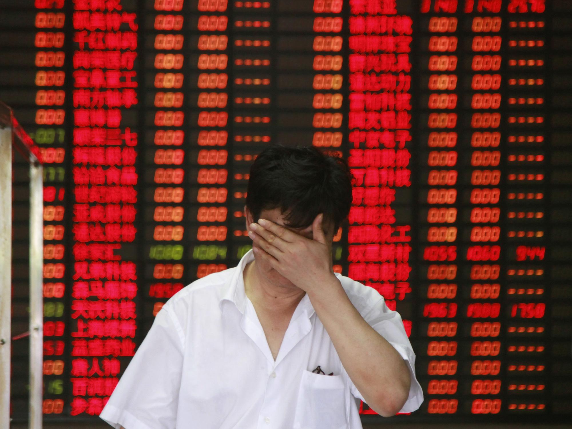 Trong làn sóng bán tháo hoảng loạn, Trung Quốc lọt top thị trường tệ nhất châu Á - Ảnh 1.