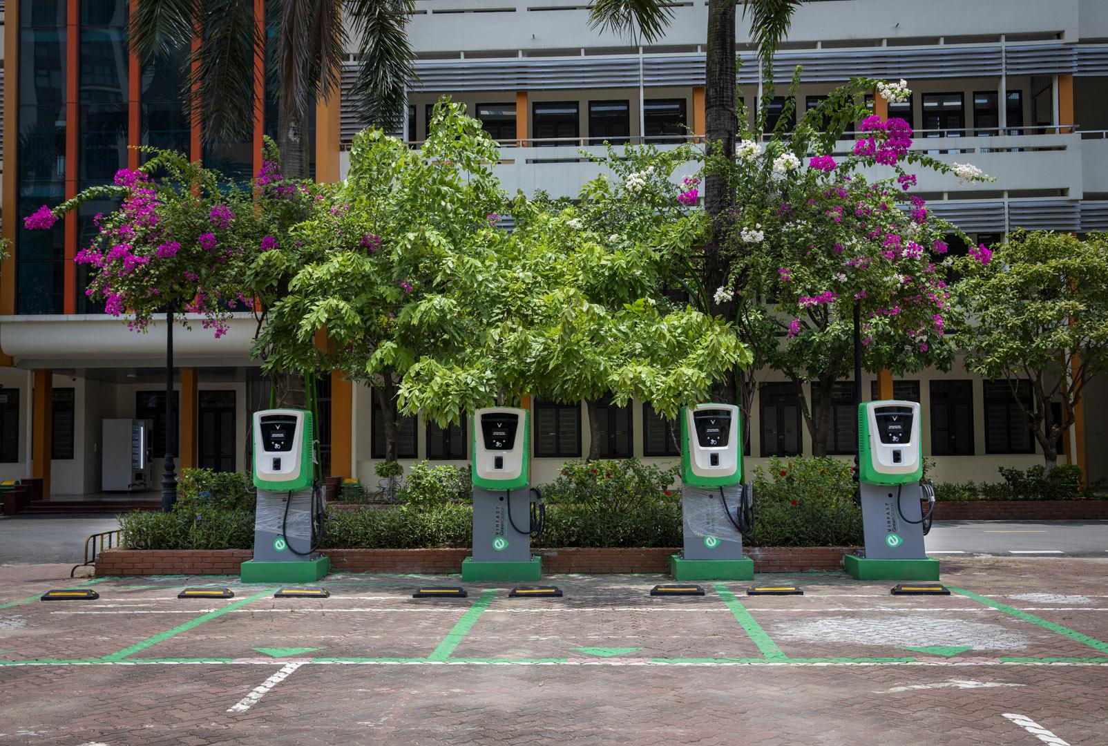 VinFast lắp đặt thần tốc hơn 8.100 cổng sạc ô tô, xe máy điện tại 60 tỉnh thành - Ảnh 2.