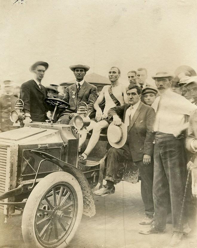 Không cho VĐV uống nước, bắt nuốt thuốc chuột thay doping và những bí mật động trời tại marathon Olympic 1904 - Ảnh 14.