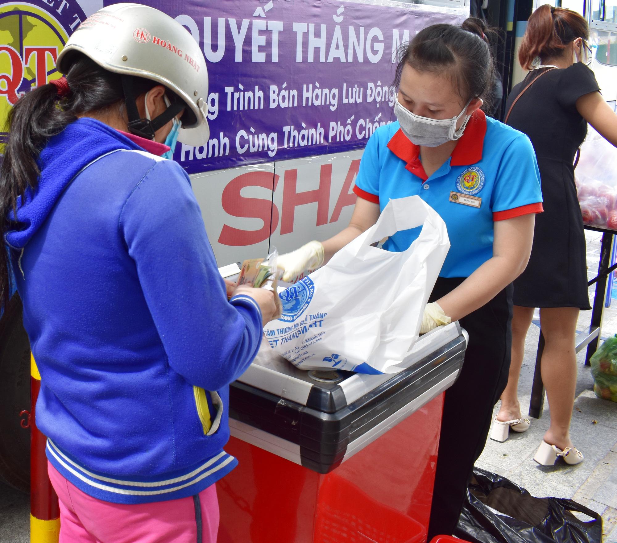 """Nha Trang: """"hô biến xe buýt"""" thành cửa hàng di động phục vụ rau, củ, quả,... - Ảnh 4."""