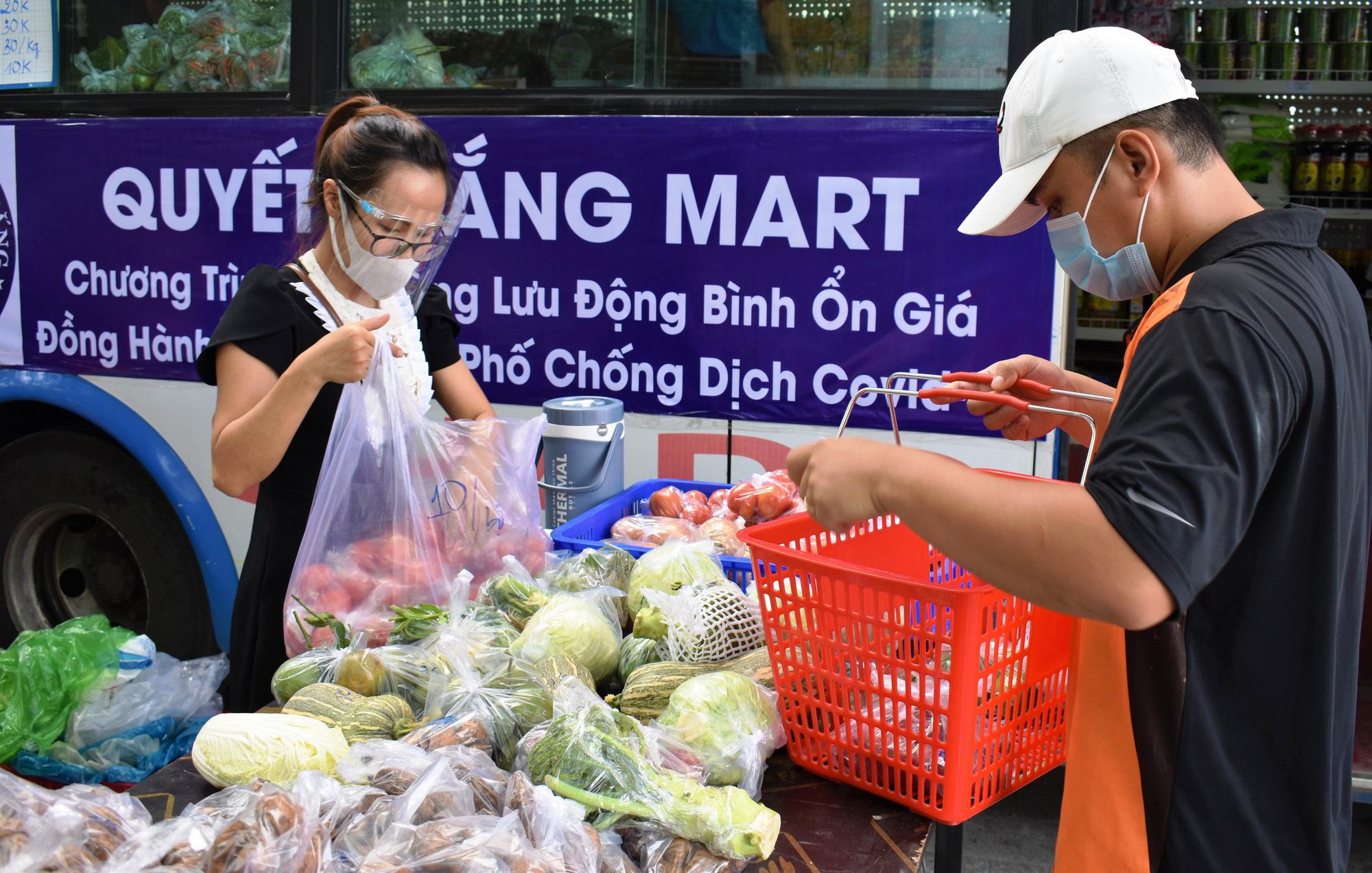 """Nha Trang: """"hô biến xe buýt"""" thành cửa hàng di động phục vụ rau, củ, quả,... - Ảnh 2."""
