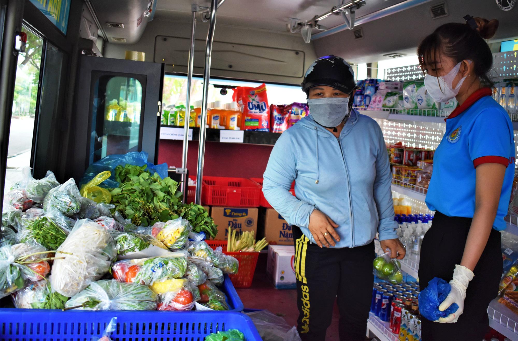 """Nha Trang: """"hô biến xe buýt"""" thành cửa hàng di động phục vụ rau, củ, quả,... - Ảnh 3."""