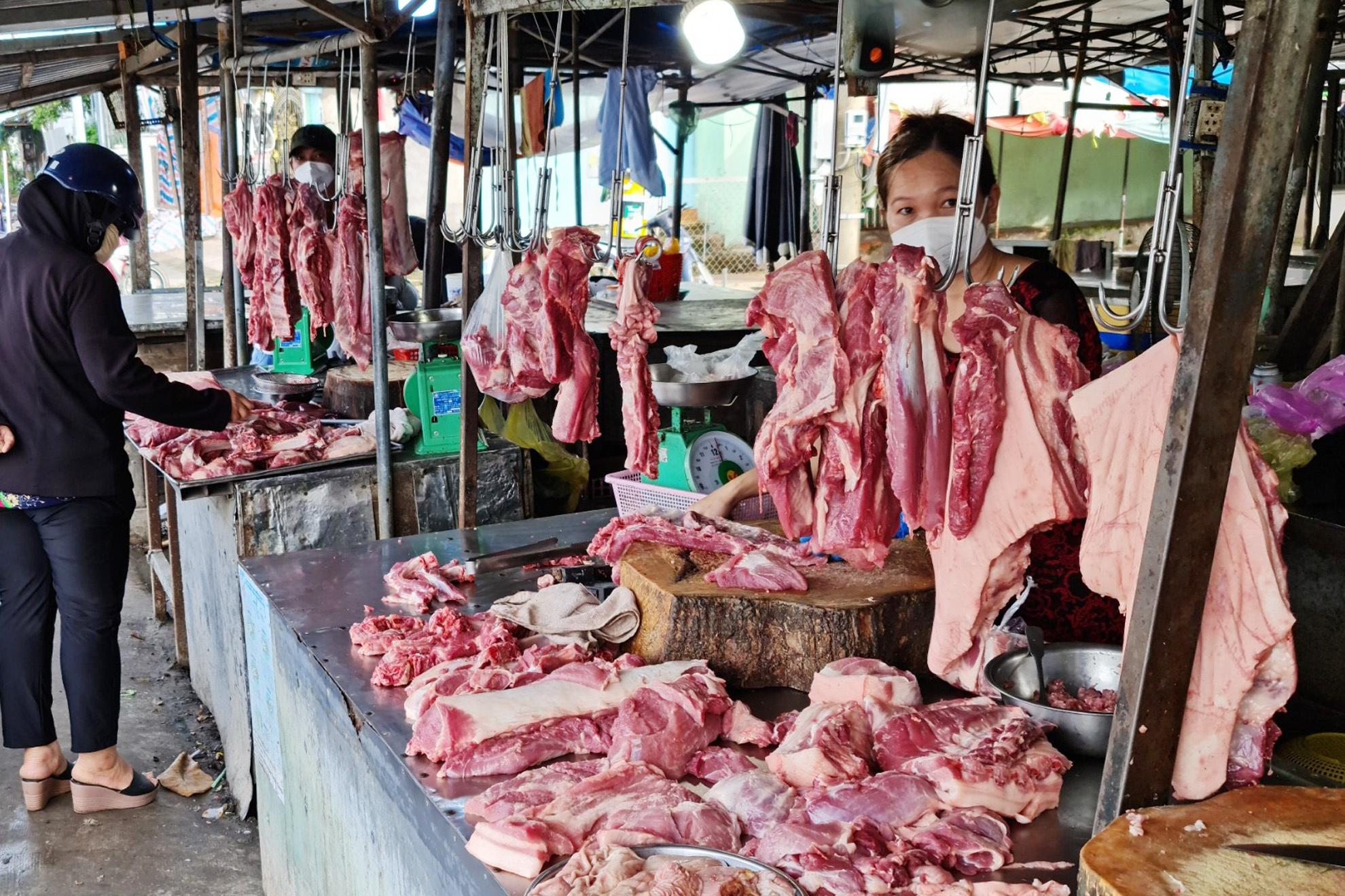 Giá gà công nghiệp thấp thảm hại, chỉ còn 13.000-14.000 đồng/kg, nhiều trại nuôi lỗ cả tỷ đồng - Ảnh 3.
