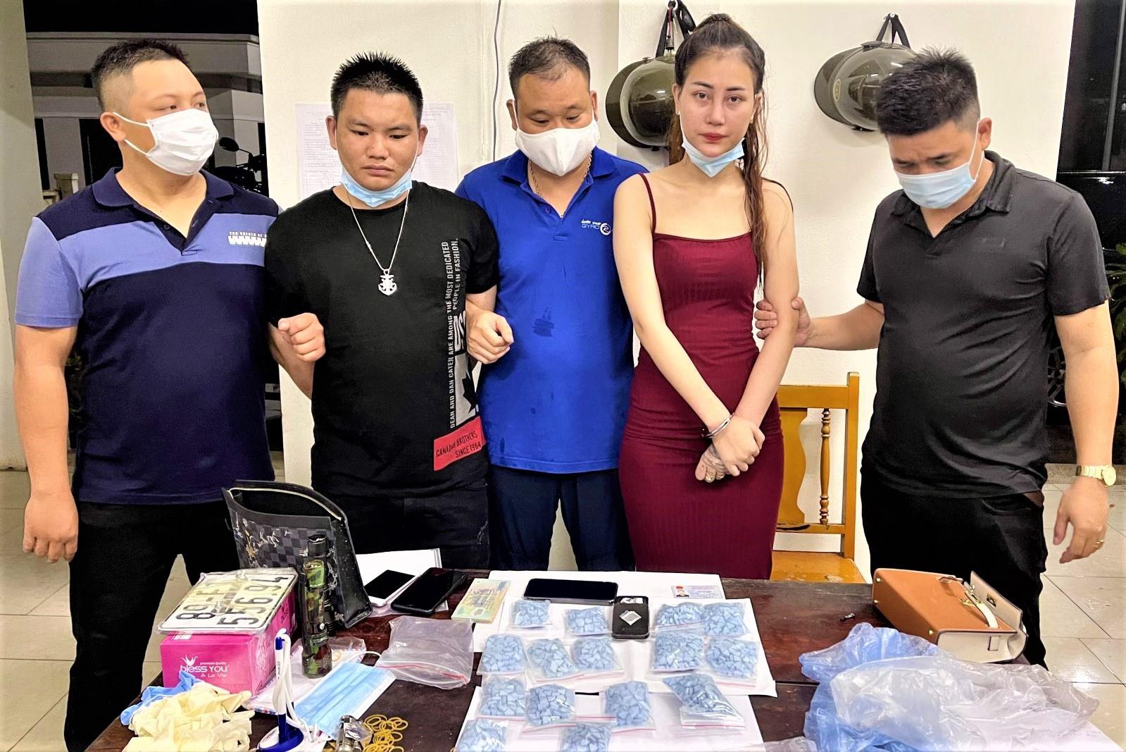 Cô gái bị bắt khi đang giao dịch 1.500 viên thuốc lắc trong đêm - Ảnh 1.