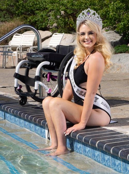 """Nhan sắc quyến rũ """"đốn tim"""" của mỹ nhân ngồi xe lăn suốt 16 năm vừa đoạt giải Á hậu 2 tại Mỹ - Ảnh 14."""