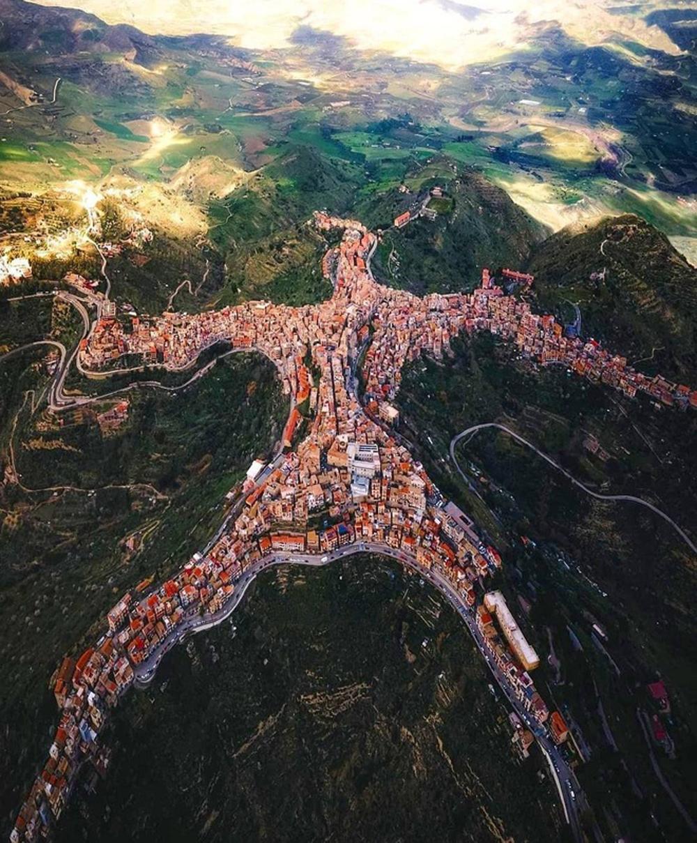 Kỳ lạ ngôi làng có hình dáng con người nằm trên đỉnh núi - Ảnh 1.