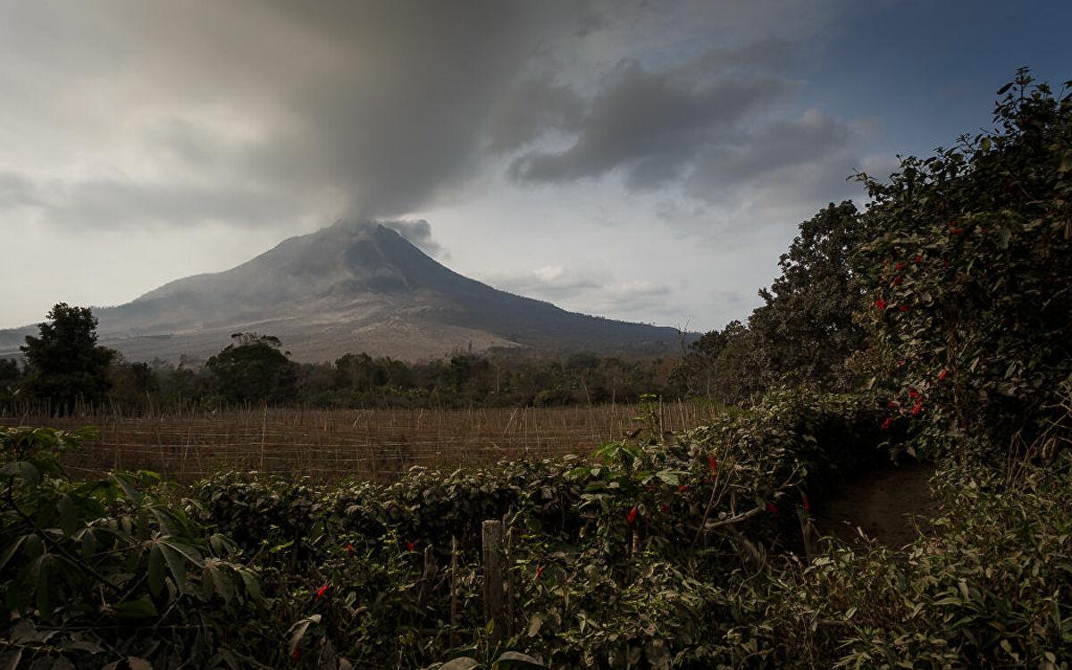 Núi lửa Sinabung ở Indonesia phun trào, khói bốc lên dày đặc