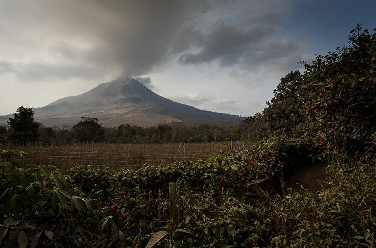 Núi lửa Sinabung ở Indonesia phun trào, khói bốc lên dày đặc - Ảnh 2.