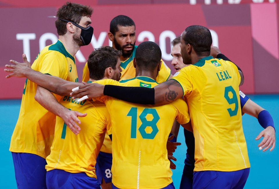 Tại sao một số cầu thủ của đội bóng chuyền Olympic Brazil lại đeo khẩu trang khi thi đấu?  - Ảnh 1.