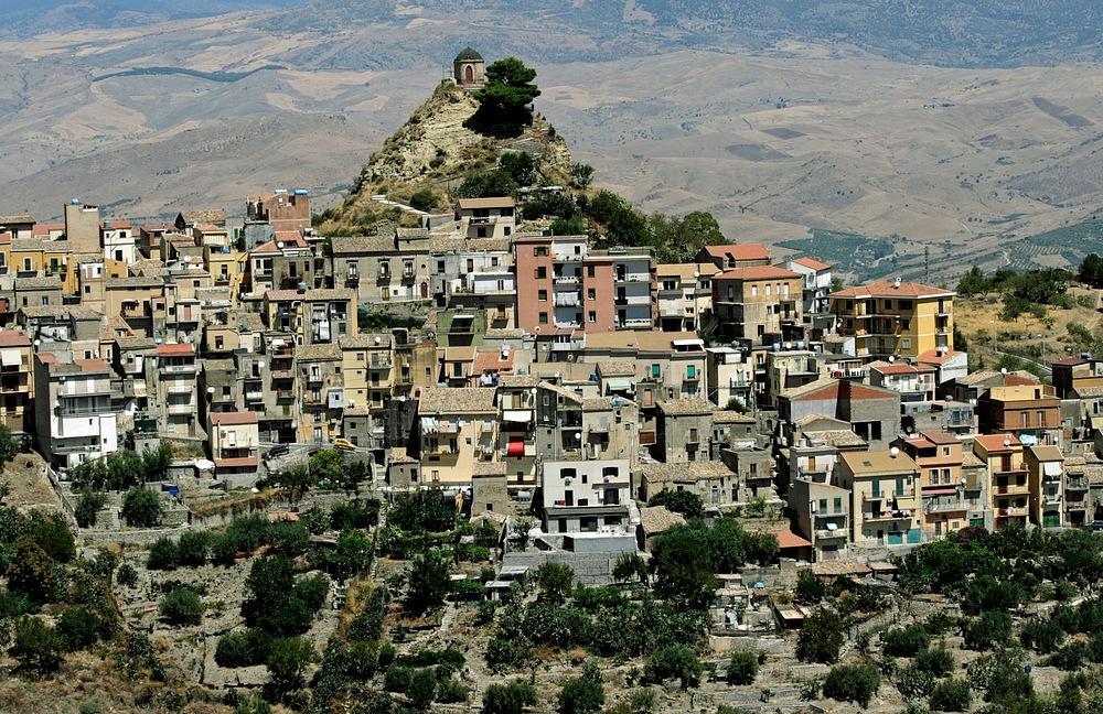 Kỳ lạ ngôi làng có hình dáng con người nằm trên đỉnh núi - Ảnh 3.